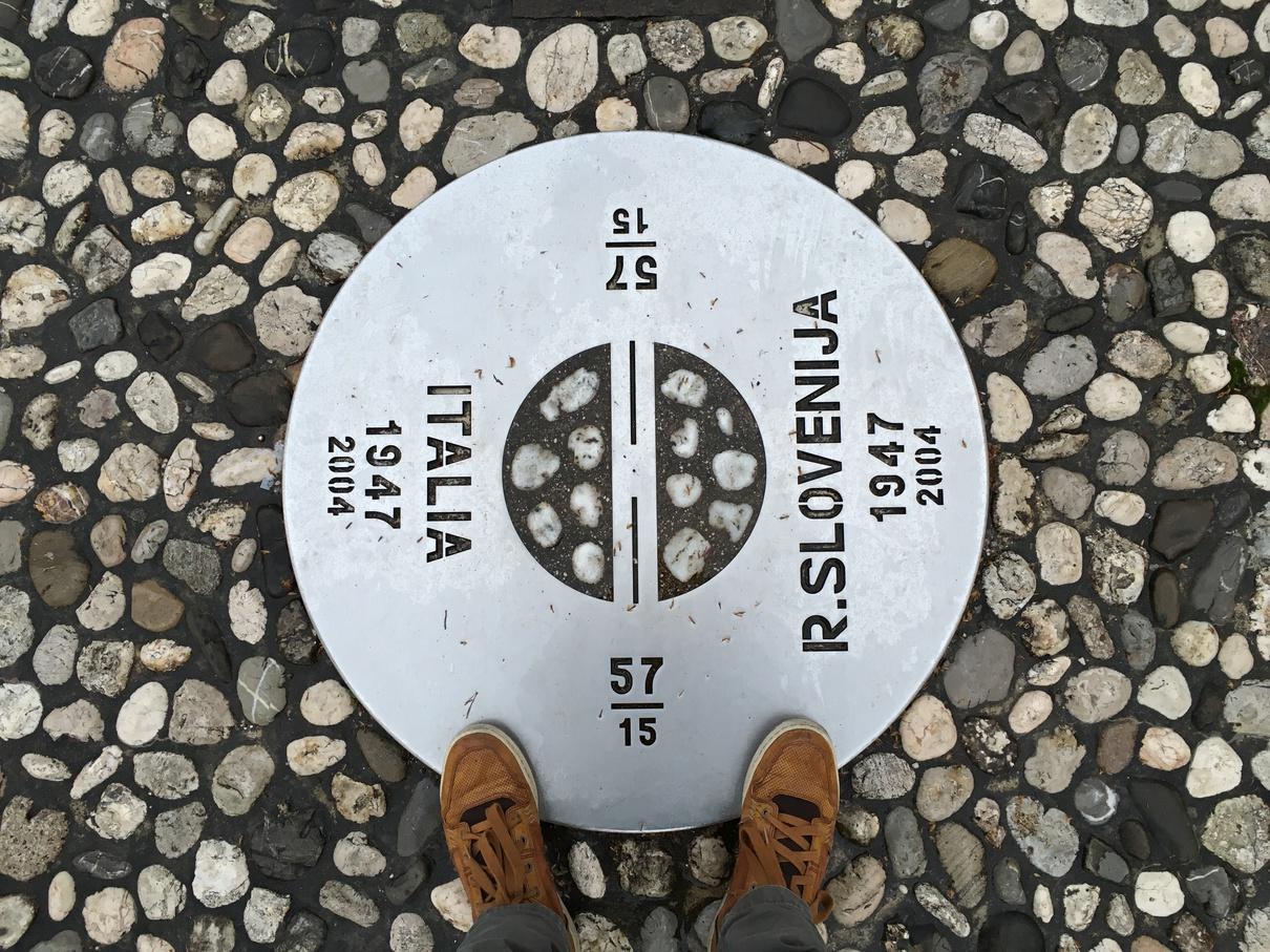 外阿爾卑斯廣場上的意大利-斯洛文尼亞邊界