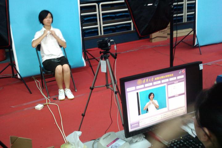 带刘佳倩拍照办学生卡